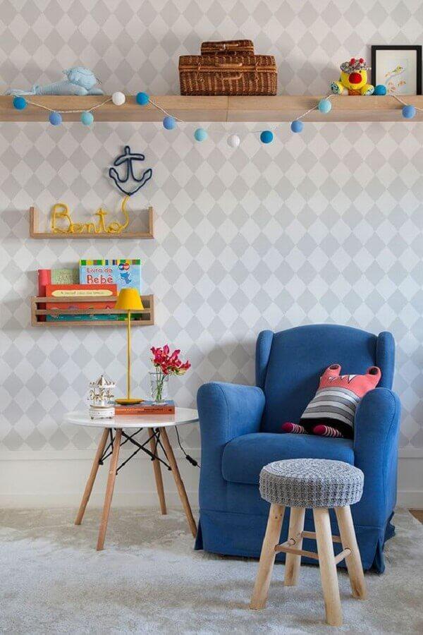 mesa de canto para quarto de bebê decorado com poltrona azul Foto Casa de Valentina