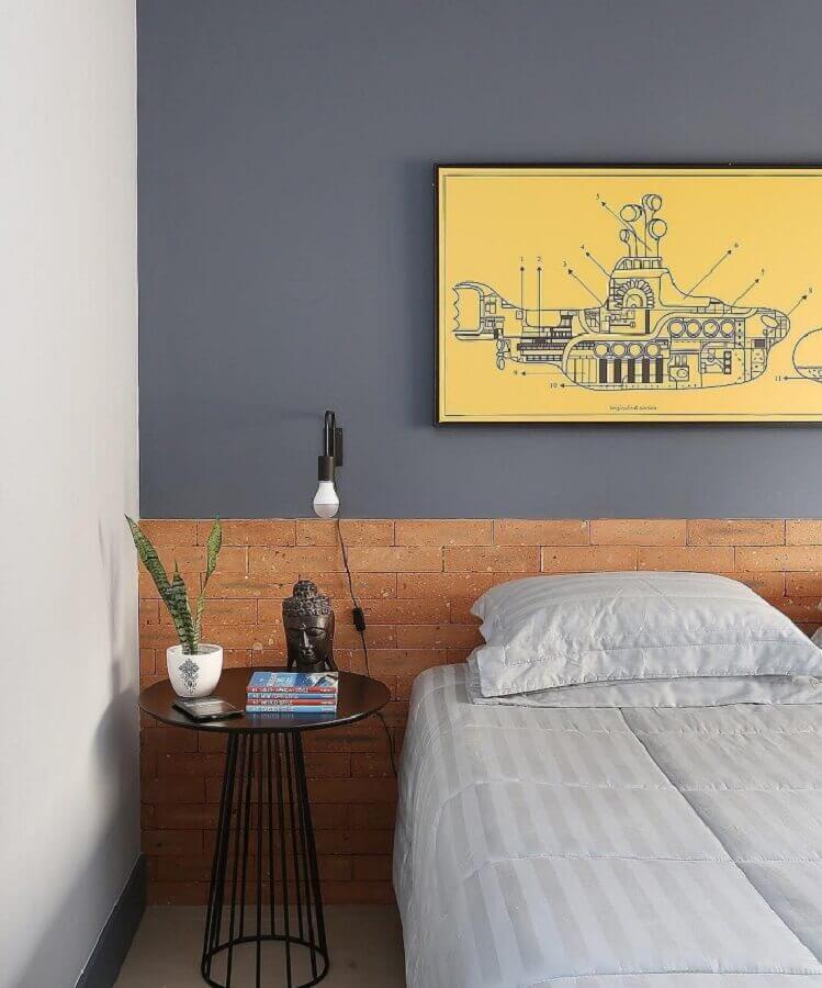 mesa de canto para quarto de casal decorado com parede cinza e cabeceira de tijolinho Foto Mariana Orsi