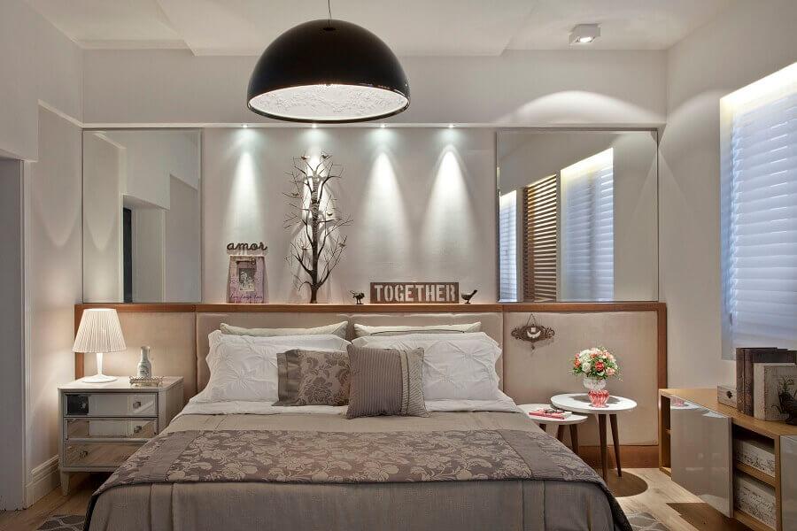 mesa de canto para quarto de casal sofisticado decorado com parede espelhada Foto Jeito de Casa