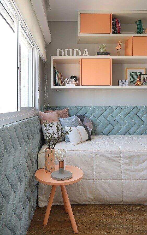 mesa de canto para quarto de solteiro decorado na cor coral e azul Foto Casa de Valentina