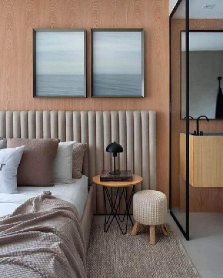 mesa de canto para quarto moderno decorado com cabeceira estofada cinza Foto Futurist Architecture