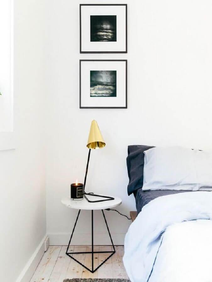 mesa de canto para quarto pequeno decorado todo branco  Foto Arkpad