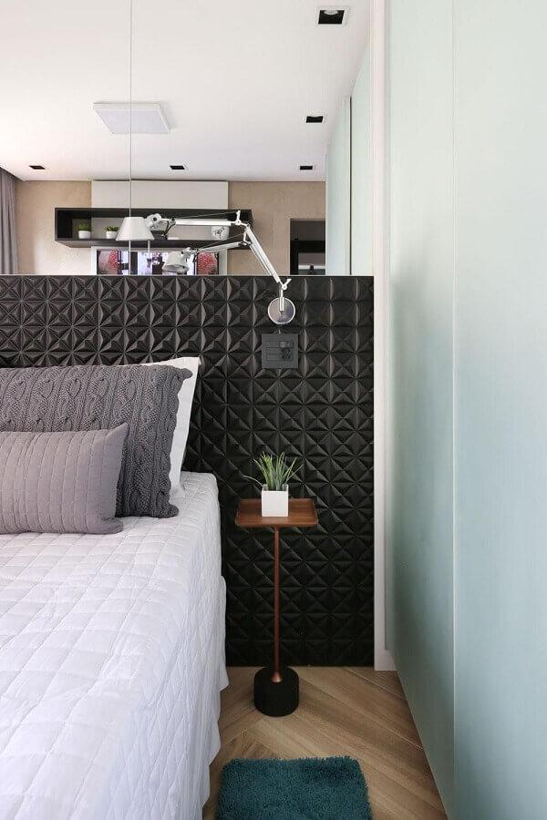mesa de canto para quarto pequeno e moderno decorado com cabeceira preta 3D Foto Studio Idealize Arquitetura
