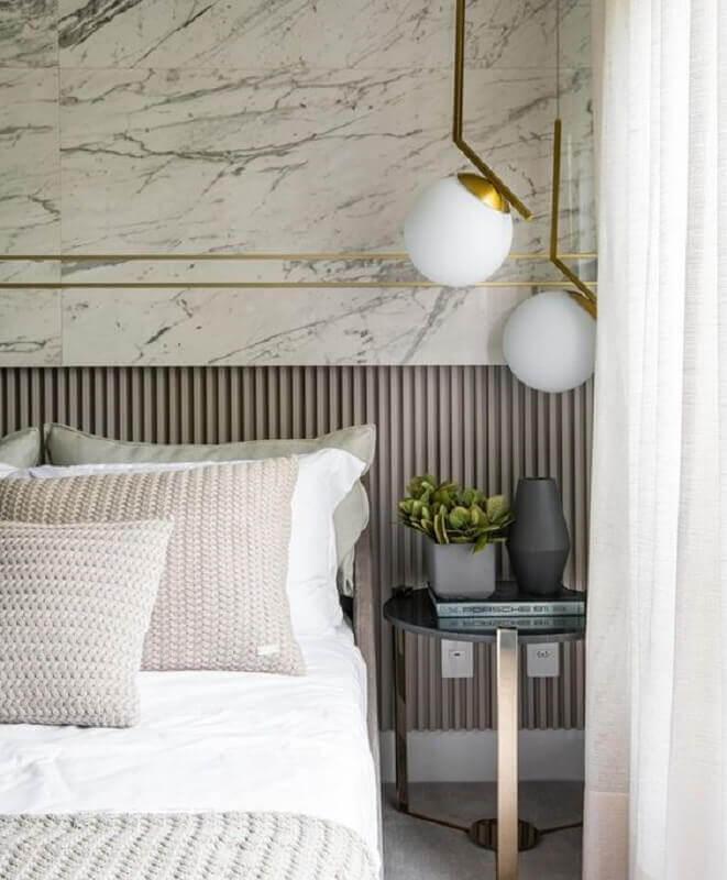 mesa de canto para quarto sofisticado decorado com luminária moderna  Foto Behance