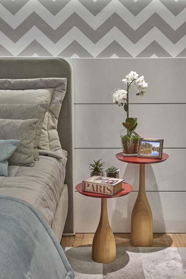 mesa de canto pequena para quarto de casal decorado em tons de cinza Foto Dcore Você