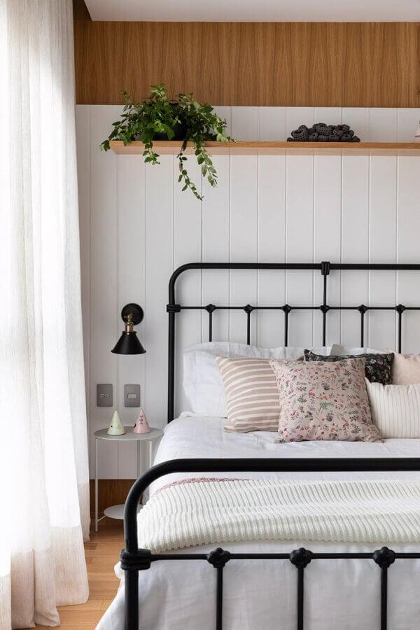 mesa de canto pequena para quarto de casal simples decorado com cama de ferro Foto Pinterest