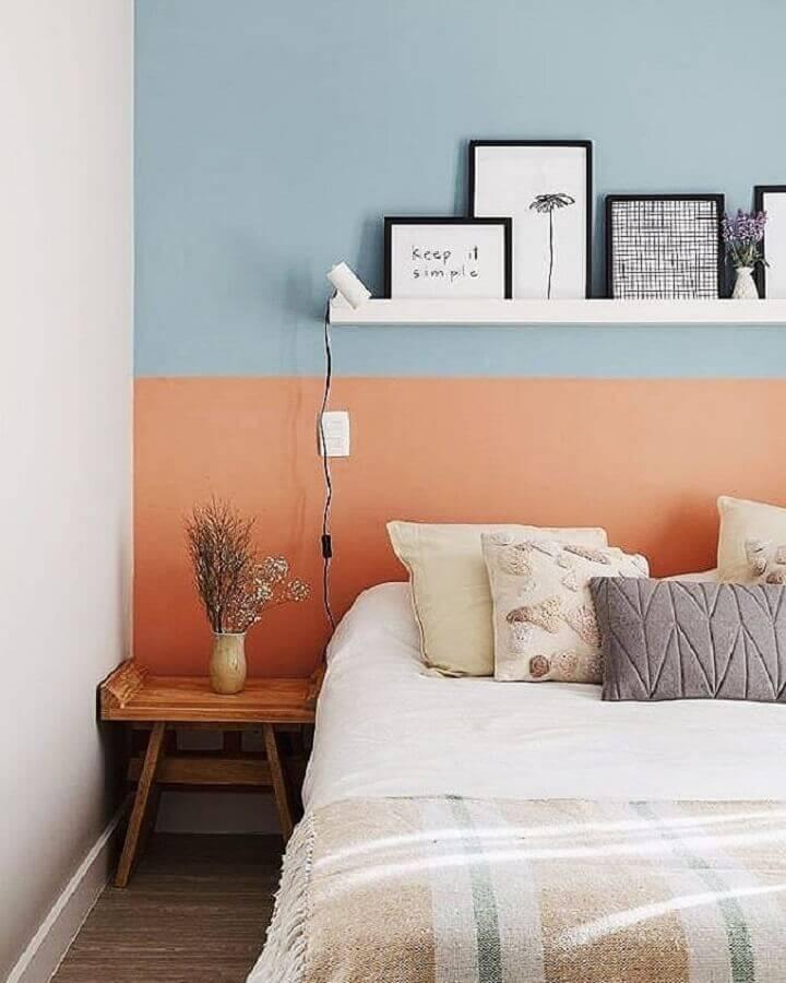mesa de canto pequena para quarto decorado com parede azul e coral  Foto A Casa Delas