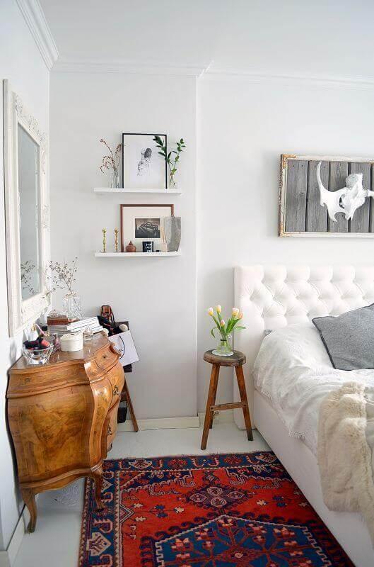mesa de canto pequena para quarto de casal decorado com cabeceira de telinha Foto Behance