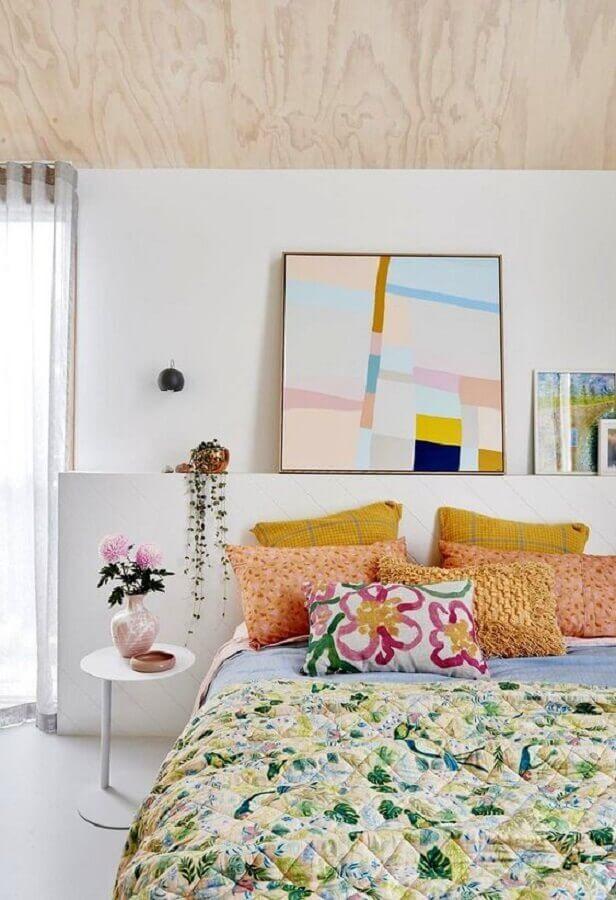 mesa de canto redonda para quarto branco decorado com detalhes coloridos  Foto Casa de Valentina