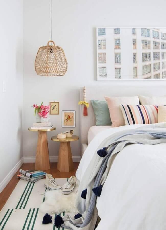 mesa de canto redonda para quarto branco decorado com luminária rústica e várias almofadas para cama Foto Casa de Valentina