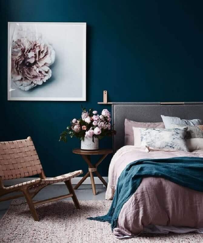 mesa de canto redonda para quarto decorado com parede azul escuro  Foto Decostore