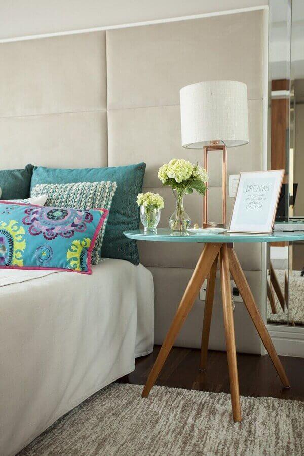 mesa de canto redonda para quarto sofisticado decorado com cabeceira estofada planejada  Foto Casa Très Chic