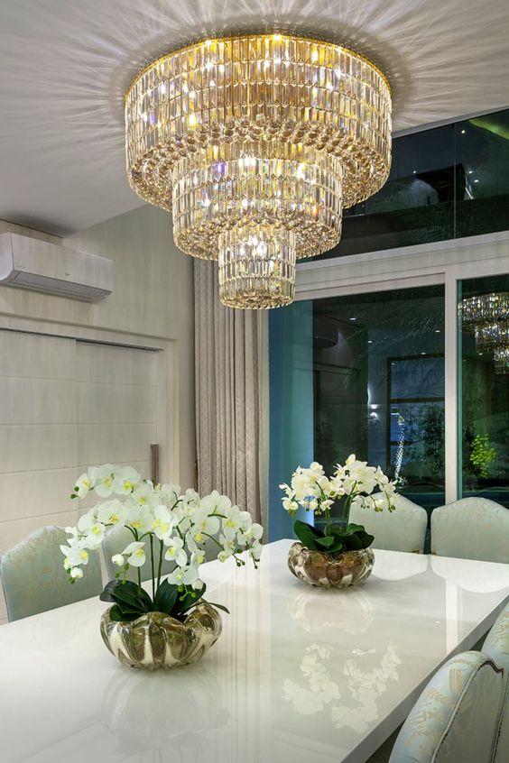 Mesa de jantar com lustre pendente