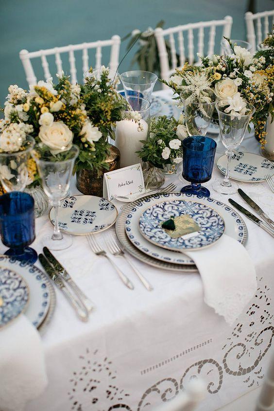 Mesa de jantar com prato de porcelana