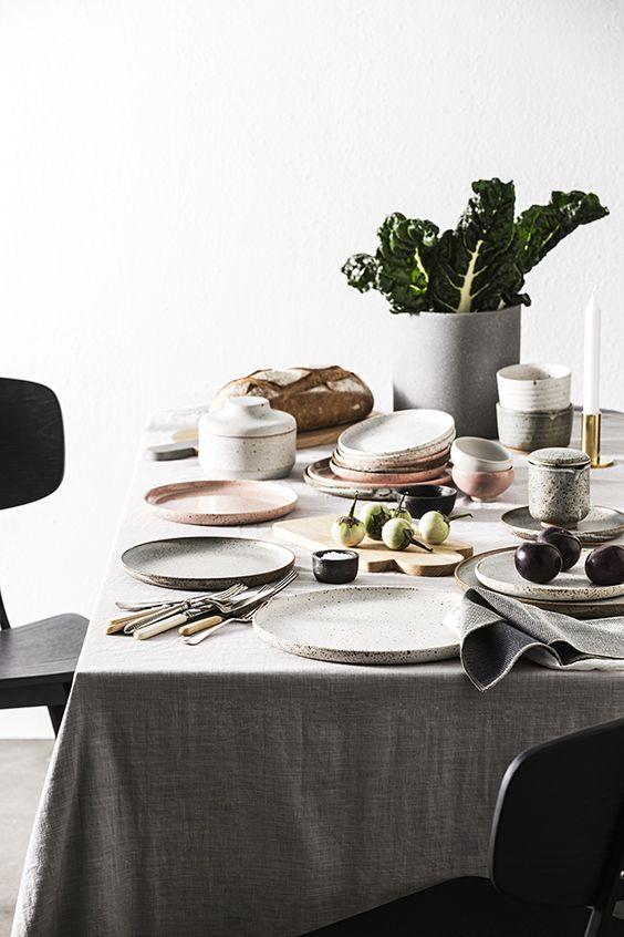 Mesa de jantar com pratos de porcelana brancos