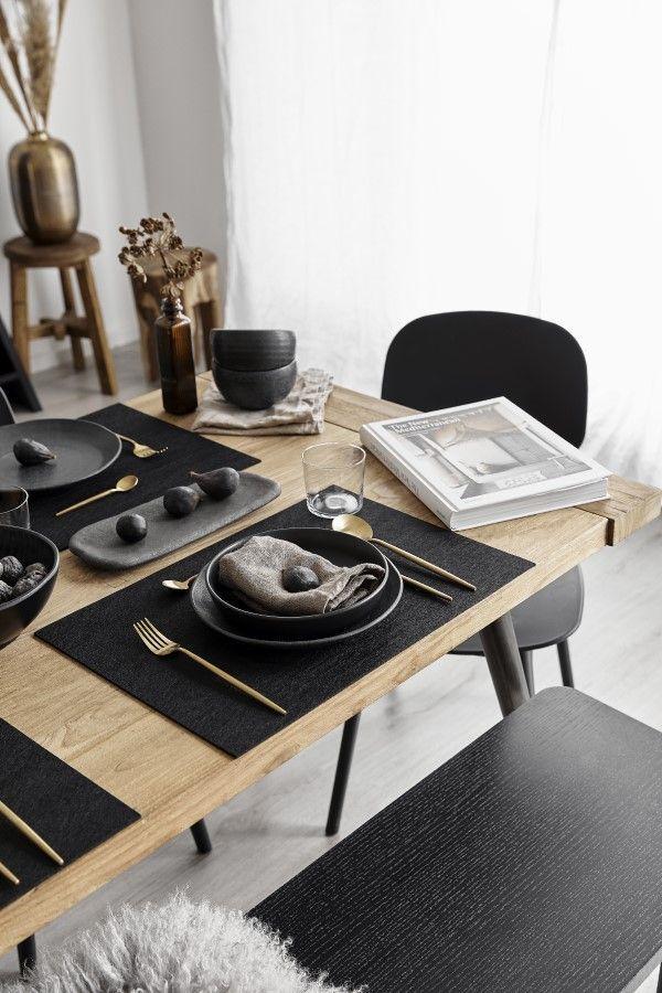 Conjunto de pratos e enfeites pretos