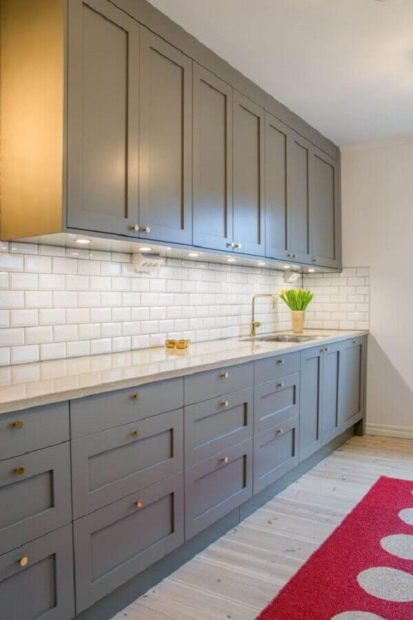 metro white branco para cozinha clássica decorada com armários cinza Foto Casa de Valentina