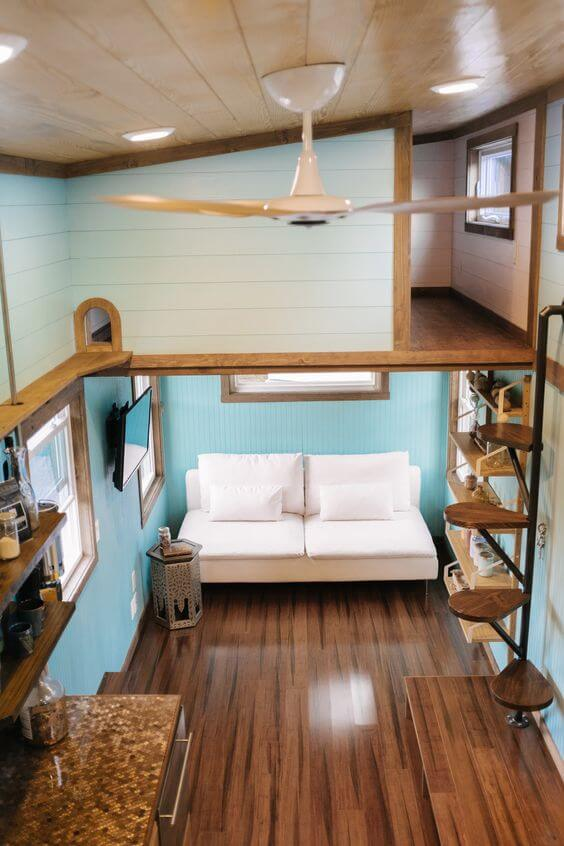 Sala pequena com revestimento de madeira