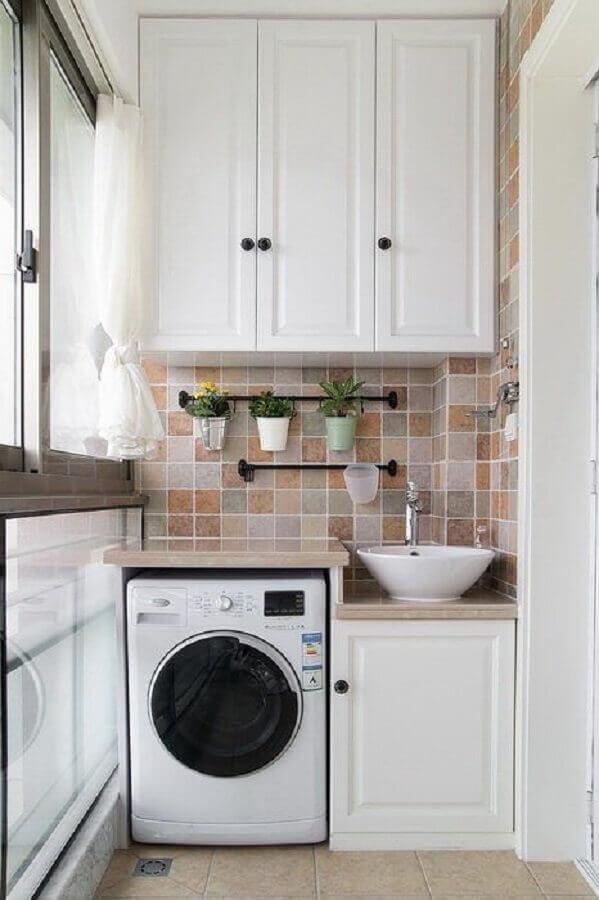modelo clássico de armário para lavanderia pequena decorada com revestimento bege  Foto Jeito de Casa
