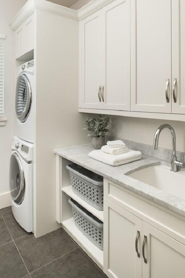 modelo clássico de armário para lavanderia planejada toda branca Foto Brianna Michelle Design