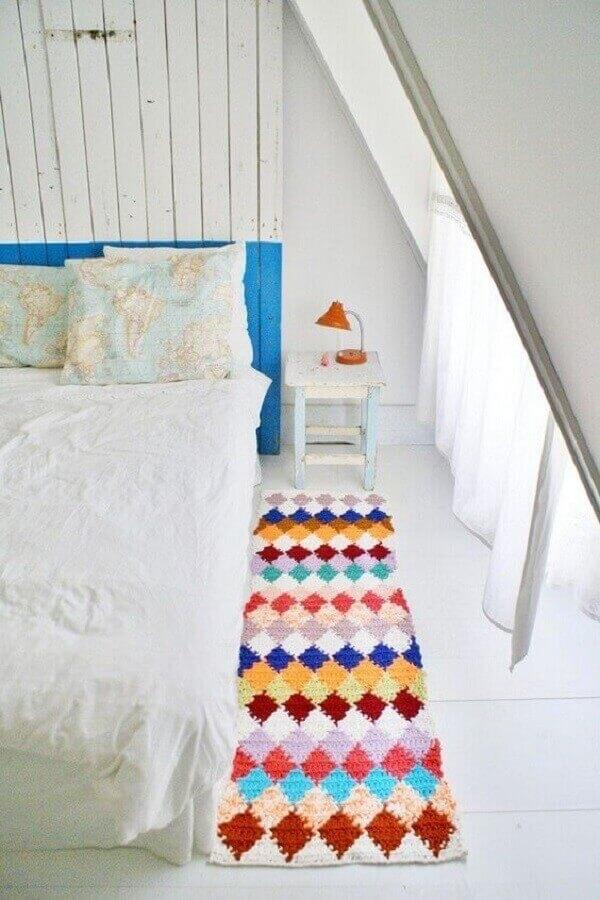 modelo colorido de passadeira de crochê para quarto simples decorado todo branco  Foto Artesanatop