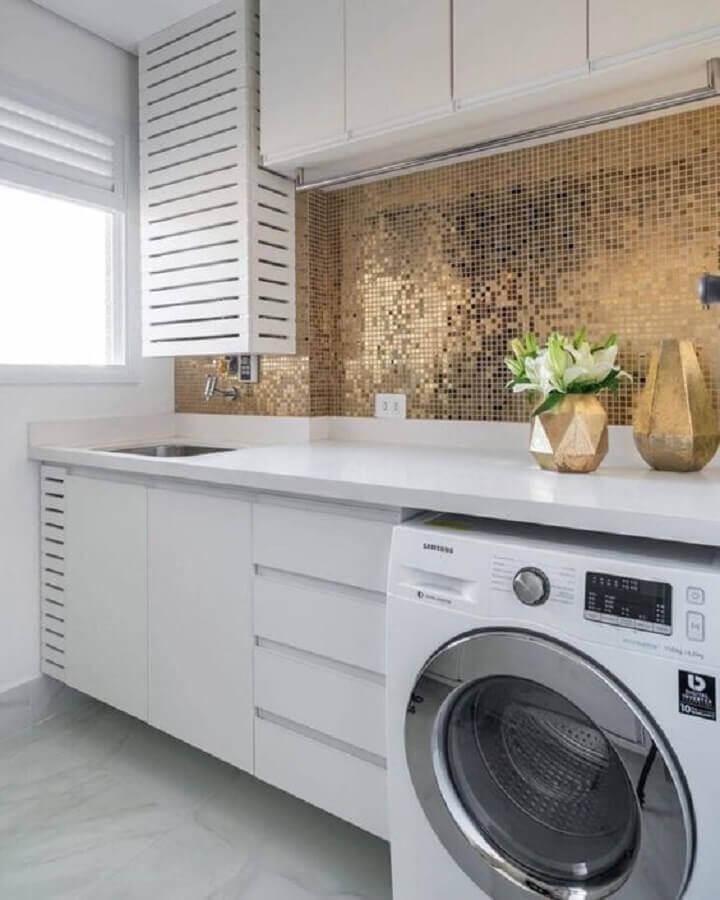 modelo de armário para lavanderia decorada com revestimento dourado  Foto Jeito de Casa