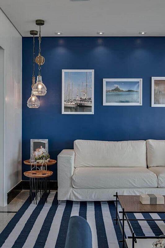 paleta de cores azul para decoração de sala com sofá branco e tapete listrado  Foto Pinterest