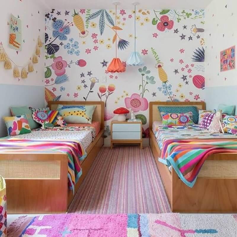 papel de parede colorido para decoração de quarto para criança com camas de madeira Foto MOOUI