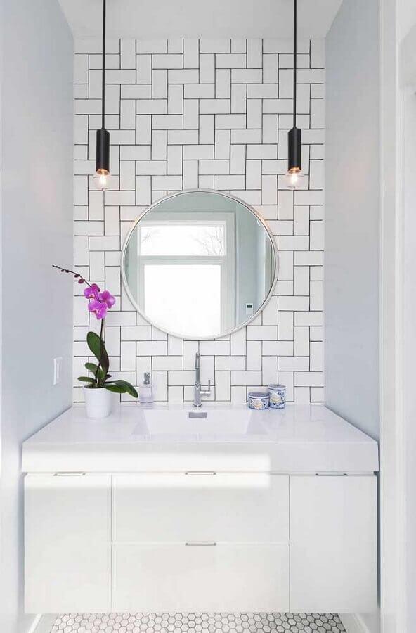 parede com metro white para banheiro branco pequeno Foto Conexão Decor