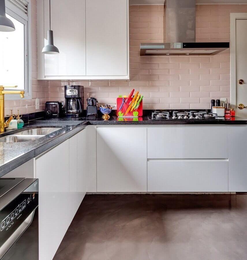 parede com metro white rosa para decoração de cozinha com armários brancos Foto Histórias de Casa