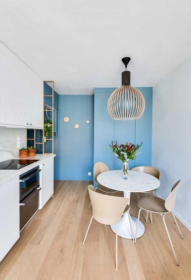 parede na cor azul claro para decoração de cozinha planejada branca  Foto Pinterest