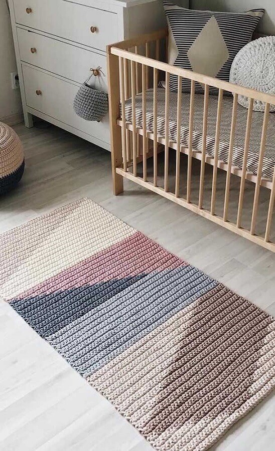 passadeira de crochê para quarto de bebê decorado com berço de madeira  Foto Pinterest