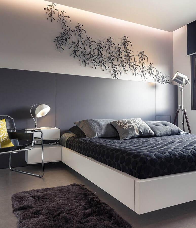 passadeira felpuda para quarto de casal moderno decorado em cinza e branco  Foto Casa de Valentina