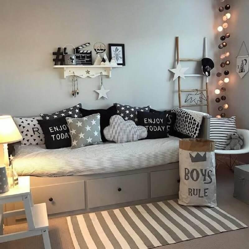 passadeira listrada para quarto cinza decorado com várias almofadas Foto Pinterest