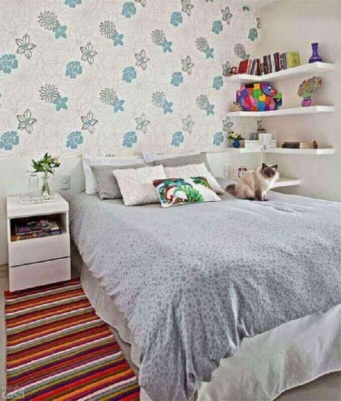 passadeira para quarto de casal simples decorado com papel de parede floral  Foto Minha Casa