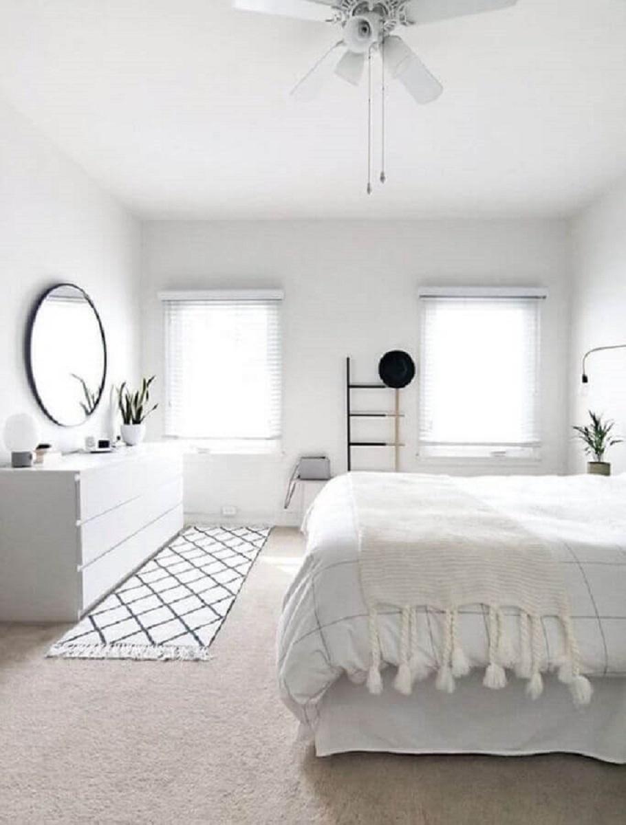 passadeira para quarto de casal todo branco decorado com espelho redondo  Foto Bloglovin'