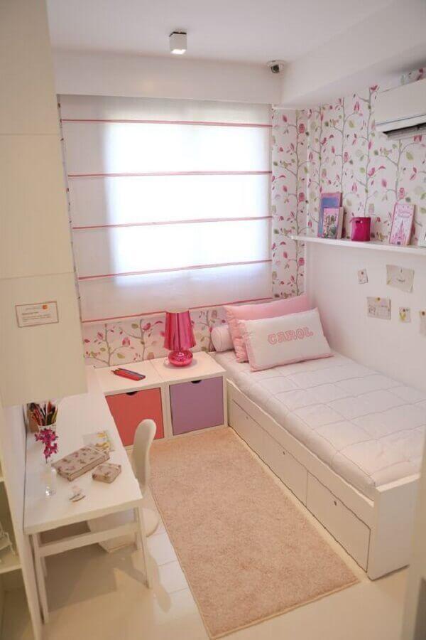 passadeira para quarto feminino pequeno decorado com papel de parede floral Foto Arkpad