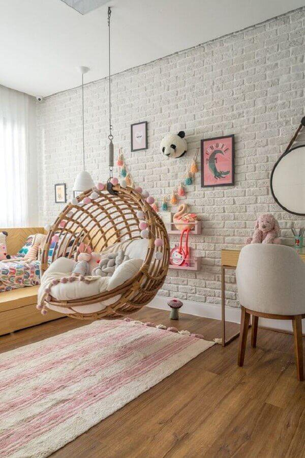passadeira para quarto infantil decorado com parede tijolinho branco e balanço suspenso  Foto MOOUI