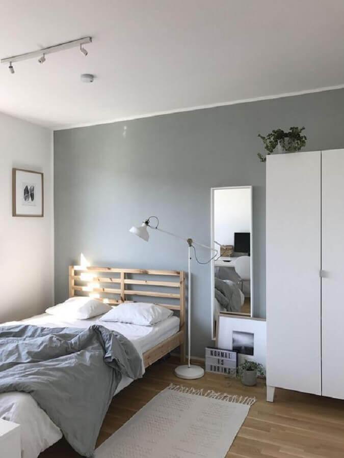 passadeira para quarto simples decorado com cama de madeira  Foto Boca do Lobo