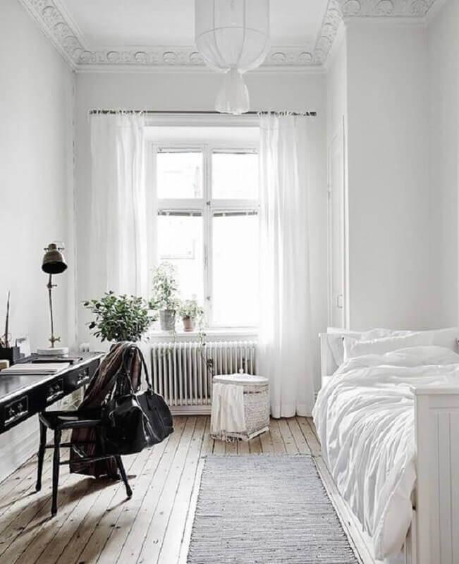 passadeira para quarto todo branco simples decorado com escrivaninha preta  Foto Life & Style Blogger