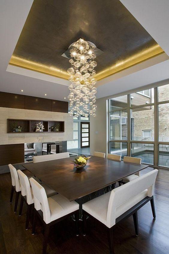 Sala de jantar com pendente de cristal moderno
