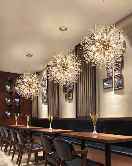 Pendente de cristal na sala de jantar moderna