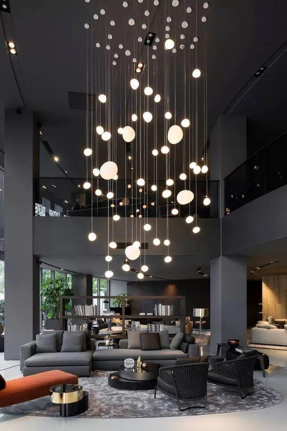 Sala moderna com lustre pendente