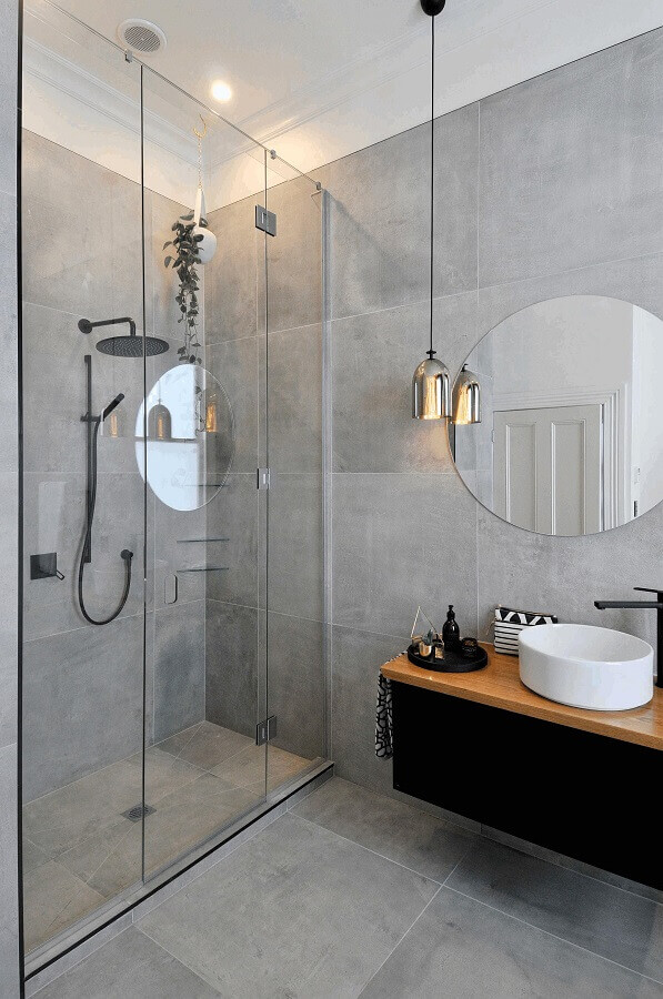 pendente para banheiro moderno decorado com revestimento cimento queimado Foto Arquitetas Express