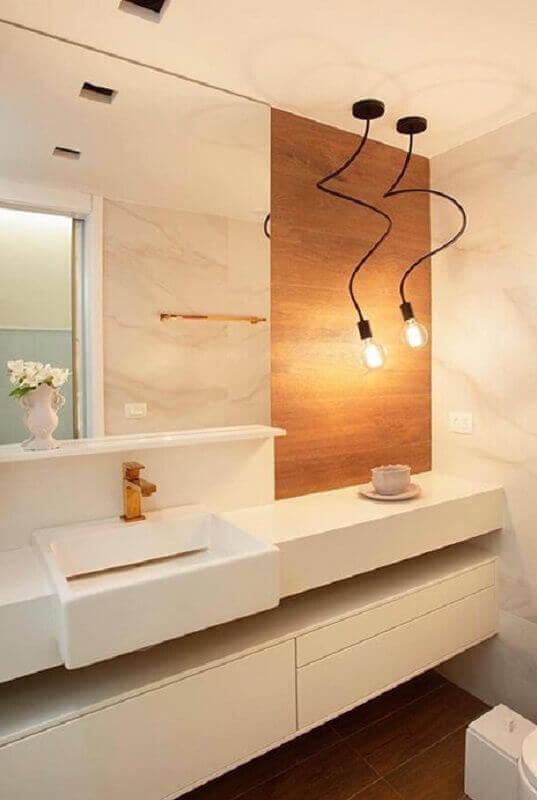 pendente para banheiro pequeno bege decorado com revestimento de madeira Foto Archtrends