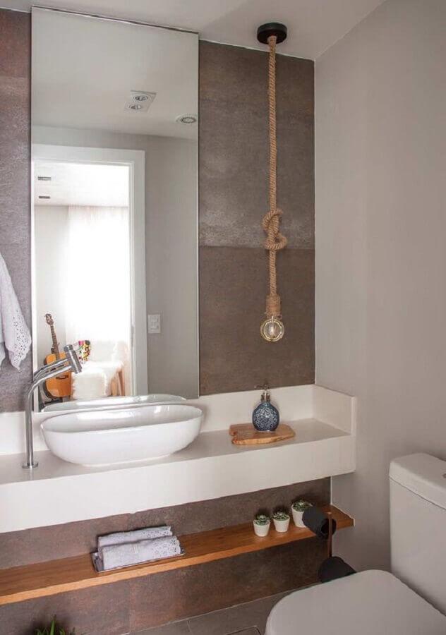 pendente para banheiro pequeno decorado com bancada planejada Foto Bruno Moraes Arquitetura