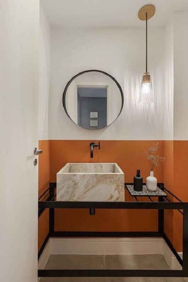 pendente para banheiro pequeno decorado com parede branca e laranja Foto Histórias de Casa