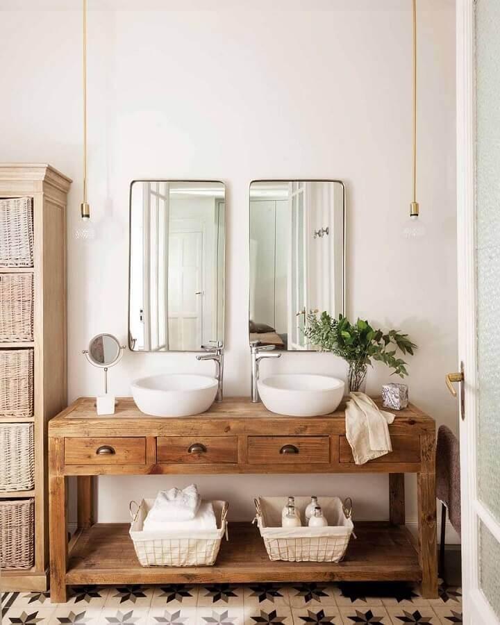 pendente para banheiro rústico decorado com armário de madeira Foto Cláudia Lopes Pella