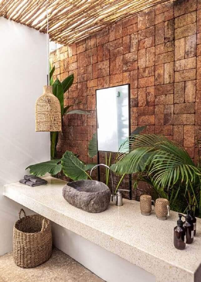 pendente para banheiro rústico decorado com revestimento de parede e cuba de pedra Foto Casa de Irene