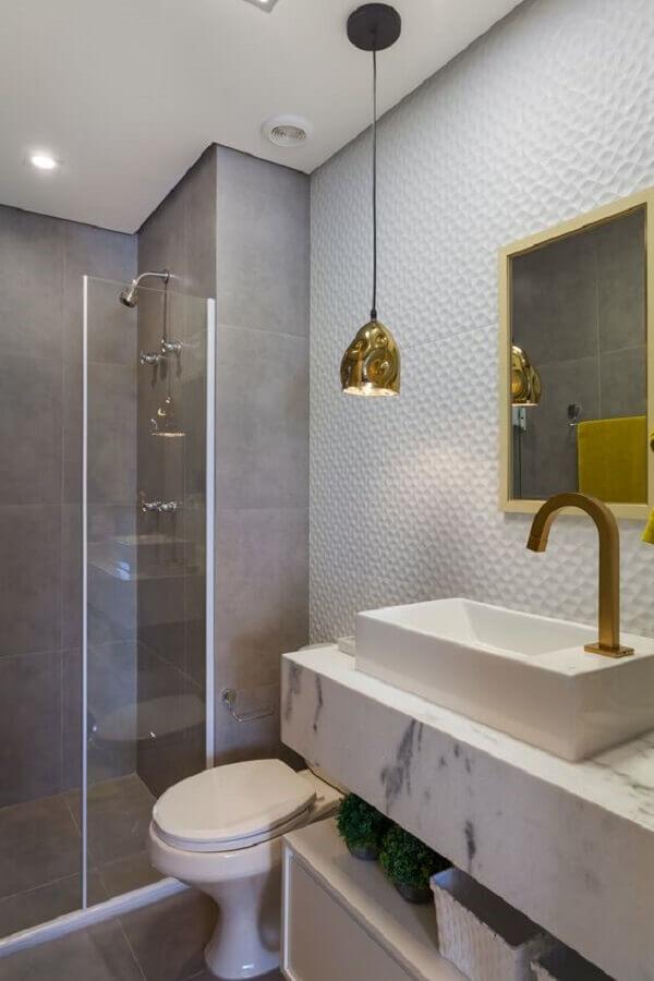 pendente para pia de banheiro decorado com revestimento 3D e bancada de mármore  Foto Rúbia M. Vieira Interiores